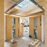 """Der Innenraum von """"Cubity"""" teilt sich in zwölf Wohneinheiten und Gemeinschaftsflächen, wie Marktplatz, Küchenzone, Empore  und Terrasse auf. Für eine inspirierende Atmosphäre sorgt das Velux Modulare Oberlicht-System."""