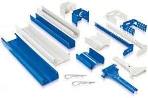 """Wirkungsvoller Korrosionsschutz in Blau und Weiß: Die neuen korrosionsgeschützten Profile und Zubehöre von Rigips sind in den Korrosionsschutzklassen """"C3-hoch"""" und """"C5M-hoch"""" (nach DIN EN ISO 12944) erhältlich. Damit sorgen sie für eine leis-tungsorientie"""