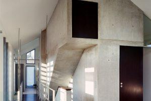 Der zentrale Betonkern als funktionales Rückgrat des Hauses