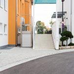 Von der Einfahrt über Tiefgarage, Aufzü-ge, Zimmer, Bäder, Restaurants und Se-minarräume ist im Hotel Lichtblick alles barrierefrei gebaut und für Rollstuhlfahrer befahrbar.