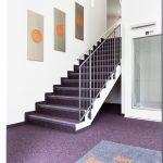 In Eingangsbereichen muss der Boden besonders belastbar sein, Rollstuhlnut-zung standhalten und gleichzeitig optisch einladend und dauerhaft attraktiv bleiben.