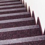 Besonders auf Treppen muss der Kleb-stoff sehr zuverlässig sein – der nachhal-tige Dispersionsklebstoff Uzin Terracoll 30 klebt textile und elastische Beläge mit hoher Anfangs- und Endfestigkeit.