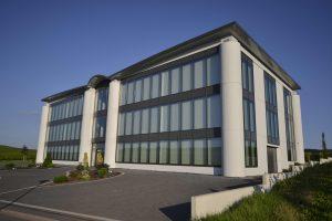 Im modernen dreigeschossigen Neubau des Prüflabors Heidger an der Mosel sind auf 2.400 m2 Fläche alle messtechnischen Einrichtungen und die Verwaltung untergebracht.
