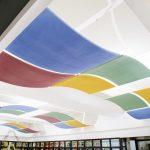In der Hochschule Mittweida sorgen gebogene Canopys aus Mineral für Ruhe