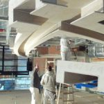 Montagegenauigkeit sowohl bei den Abhänge- und Unterkonstruktionen als auch bei der Ausbildung der geschwungenen Lochdecken erforderten die integrierten Leuch-tenkanäle – eines der optischen Highlights im großen Saal.