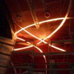 Von Decke zu Wand: Es mussten passgenaue Übergänge in die Lichtkanäle der vertikal angrenzenden Wandverkleidungen geschaffen werden, obwohl diese erst zu einem viel späteren Zeitpunkt montiert werden konnte. Etwa 113 laufende Meter der Lichtkanäle ,durchl