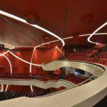 Die seitlichen Wandverkleidungen des Zuschauersaals wurden als Vorsatzschalen erstellt – in unterschiedlichen Radien gebogen und zugleich vertikal um 3º geneigt. Für diese Sonderkonstruktionen mit bis zu acht Metern Höhe waren Standsicher-heitsnachweise n