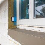 Trotz der Fassadendämmung mit insgesamt 24 cm Mineralwolle in zwei Lagen entstehen an den in die Ebene des Dämmstoffs gerückten Fenstern klassische Proportionen.