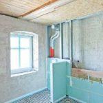 Montagewände vor den historischen tragenden Wänden schafften im Bad den Platz für die Installationen nach heutigen Komfortmaßstäben.