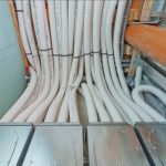 Die Rohre der Lüftungsanlagen sind beim Bauen im Bestand oft nur schwer unterzubringen. Mit Trockenbausystemen für Wände und Decken konnten in Zauchwitz selbst dicke Rohrbündel einfach und elegant verlegt werden.