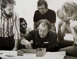 Friedrich Goffitzer mit Studierenden an der Kunsthochschule Linz