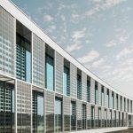 """""""SunEwat XL"""" ist ein Verbundglas mit eingebetteten mono- oder polykristallinen Photovoltaik-Zellen, das bei Sonneneinstrahlung aktiv Strom produziert.  Auch im """"Technovation Centre"""" von AGC Glass Europe ist es bereits im Einsatz."""