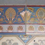 Links im Bild: Originalgetreue Replik einer historischen Dekorfliese (rechts) aus der Zahna-Fliesenmanufaktur.