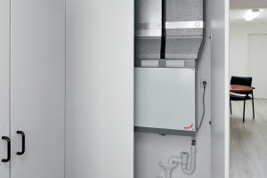 Motiv ComfoAir 180 im Flurschrank: Intelligente zentrale Lüftungslösung, die auf kleinstem Raum installiert werden kann: Zehnder ComfoAir 180. Das neue, hocheffiziente Komfort-Lüftungsgerät verfügt nun auch über die strenge Passivhaus-Zertifizierung.