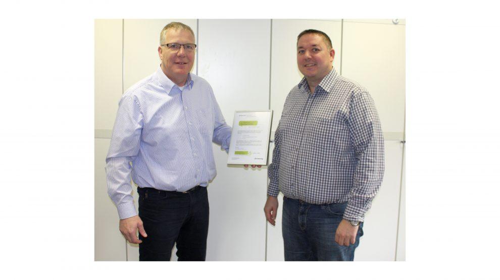 Christian Klusmann von Armstrong (links) übergab anlässlich des erfolgreichen Abschlusses des ersten deutschen Recycling-Projektes für Mineraldeckenplatten eine Urkunde an Rene Meier (links) vom Trockenbauunternehmen Günter Meier im niedersächsischen Kirc