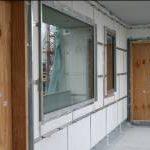 """Mit dem Vakuumdämmsystem """"VT-A-B1"""" darf ein Mitglied der QASA-Familie erstmals bei vorgehängten hinterlüfteten Fassaden zum Einsatz kommen, wie bei diesem Laubengang eines vierge-schossigen Mehrfamilienhauses in München."""