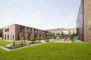 Gebäudeensemble mit klarer Formensprache und lebendigem Fassadendesign