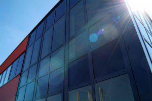 Das dimmbare Sonnenschutzglas ECONTROL sorgt für Verschattung.