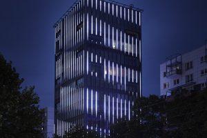 Nachtaufnahme mit beleuchteter LED-Fassade