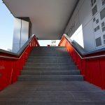 Rote Wangen geleiten den Besucher von der Straßenebene ins Galeriegeschoss.