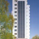 Energetische Modernisierung: Bei dem Hochhaus in der Otto-Hahn-Straße in Laatzen, nach Planung von VIER LINDEN Architekten & Ingenieure, Hannover, wurde neben einem WDVS mit Mineralwolle-Dämmplatten eine mit 84 Solarmodulen bestückte Photovoltaikanlage an