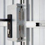 Ein kleiner Sicherheitszapfen, der in das Schließblech der Drückergarnitur einras-tet, erschwert Einbruchsversuche deutlich beim UTS®-Trennwandsystem.