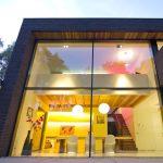 Filigrane Profile - großflächige, ungeteilte Verglasungen: Für Lichteinfall auf beide Ebenen sorgt die Vorhangfassade Schüco FW50+.