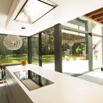 Terrasse und Garten sind aus der Küche über das Schiebetür-System Schüco ASS 70.HI zugänglich. Besonderheit hier sind die bodenversenkten Schienen für barrierefreien, ebenerdigen Durchgang.