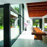 Blick aus der Küche in den Essbereich: Die Verglasungen holen ganzjährlich Licht und Natur ins Gebäudeinnere.