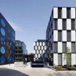Die Fassaden von B.O.C. und T.O.C. sind durch ihre geometrischen Formen geprägt. Das schwarz-weiße, rechteckige Muster des B.O.C. kontrastiert mit der metallic-schwarz-blauen Fassade des T.O.C. mit ihren auffällig kreisrunden Öffnungen.