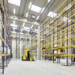 Die 12 m hohe, in den Neubau integrierte Bestandshalle ermöglicht den Einsatz und die Schulung von Logistikhallen-Systemgeräten.