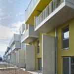 Maisonetten im Geschosswohnbau, Wände aus Sichtbeton verleihen der Fassade eine tiefe Plastizität