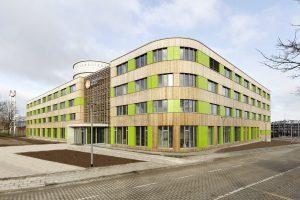 Von der Umgebung abgesetzt: Hell und freundlich präsentiert sich der Neubau inmitten des Industriegebiets.