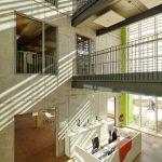 Der offen gestaltete Eingangsbereich lässt vielfältige Einblicke in bis in das oberste Geschoss zu.