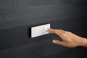 Kompakt und schlicht: Die Geberit Fernbetätigung Typ 70 wirkt leicht und scheint vor der Wand zu schweben. Mit ihrer glatten Oberfläche lädt sie zum Berühren ein.