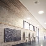 Die AEG Natursteinheizung Blue Pearl fügt sich harmonisch in die Innenarchitektur der Schulsporthalle der Ludwig-Uhland-Schule Nürnberg ein.