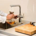 Die Heißwasserarmatur liefert sofort heißes Wasser. So sind Tee und Fertigheißge-tränke im Handumdrehen verzehr¬bereit.