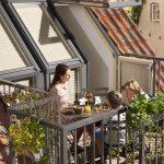 Der Velux Dachbalkon ermöglicht den Schritt ins Freie und ist in der Regel genehmigungsfrei.