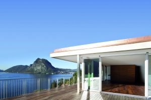 """Als natürlicher Belag für Balkone und Terrassen wird Holz hoch geschätzt. Doch über die Fugen zwischen den Dielen gelangt Regenwasser auf die Abdichtung, die Holzkonstruktion bekommt """"nasse """"Füße"""" – und kann auf Dauer faulen. Deshalb bietet der Entwässeru"""