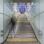 Bahnsteigzugang mit Glasverkleidung