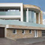 Repräsentative Villa mit Knauf Sandstein-Design gestaltet