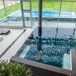 Nahtlose Verbindung von innen und außen: Großzügige bodentiefe Glasflächen erlauben reizvolle Ausblicke auf die Umgebung.