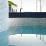 Hochwertige Markenfliesen im Mosaikformat erlauben die Umsetzung organisch-harmonischer Formen.