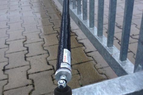 Mit DICTATOR Öldämpfern ÖDR schließen Drehtore mit steigenden Bändern im Außenbereich sicher und gefahrlos