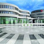 Der Haupteingang in die neue Firmenzentrale liegt zwischen den zwei markanten Volumina.