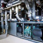 Wasser-Großwärmepumpe bezieht die Energie aus einem Feld von 80 Erdwärmesonden, die 120 Meter tief in die Erde reichen.