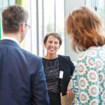 Sylvia Leydecker, Geschäftsführerin von 100% interior im Gespräch mit Deniz Turgut von JUNG und Petra Wehinger, md.