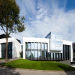 """Tradition trifft Moderne: Das Hotel Schloss Montabaur mit seinem neuem futuristischen Gästehaus """"Coblenz""""."""