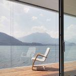 Wohnraum und Terrasse gehen dank des Schiebetür-Systems Schüco ASS 70.HI nahtlos und barrierefrei ineinander über.