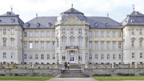 Schloss Werneck: 1734 bis 1745 von Balthasar Neumann als Sommerresidenz für die Würzburger Fürstbischöfe erbaut, befindet sich nach mehrmaligen Umbauten seit 1853 eine Psychiatrie und seit 1952 der Fachbereich Orthopädie im Schloss Werneck.